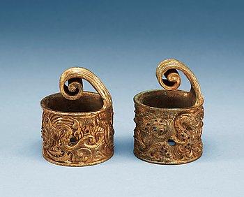 6. BESLAG, två stycken, förgylld brons med steniläggningar. Arkaiserande.