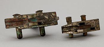 207. DELAR till ARMBORST, två stycken, brons. Troligen Qin dynastin (221 f.Kr. – 206 f.Kr).