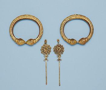 3. ARMRINGAR, ett par, samt HÅRNÅLAR, två stycken, metall, troligen sen Qing dynasti (1644-1911).