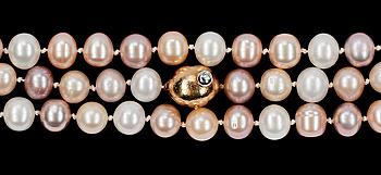 366. OLE LYNGGAARD COPENHAGEN, COLLIER, Ole Lynggaard, olika rosafärgade sötvattenspärlor med lås med briljantslipad diamant, tot. ca 0.03 ct.