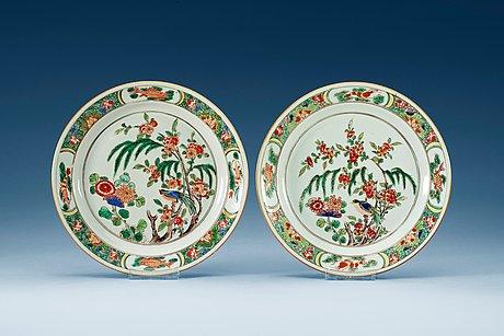Tallrikar, ett par, porslin. qing dynastin,  kangxi (1662-1722).