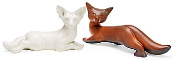 Two Gunnar Nylund stoneware figures of foxes, Rörstrand. Height 14 cm, length 32,5 cm and height 15 cm, length 26 c...