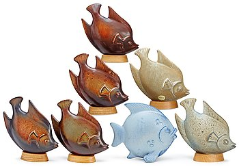 A set of seven Gunnar Nylund stoneware figures of flatfishes, Rörstrand. Height 15-16 cm without wooden bases.
