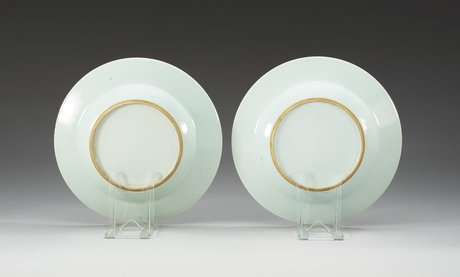 A pair of grisaille dishes, presumably samson, 19th century.