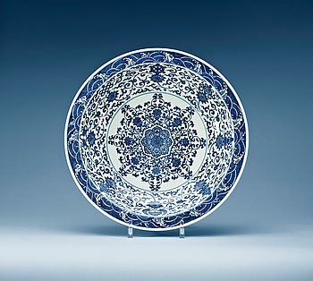 1572. A large blue and white charger, Qing dynasty with Yongzheng six character mark.