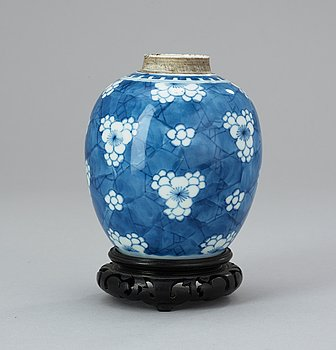 62. A blue and white jar, Qing dynasty, early 18th Century.