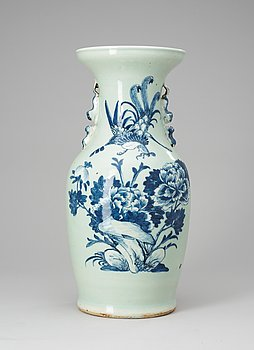 63. A blue and white vase, Qing dynasty, 19th Century.
