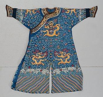 71. ROCK. siden. Längd 133 cm. Kina omkring 1900.