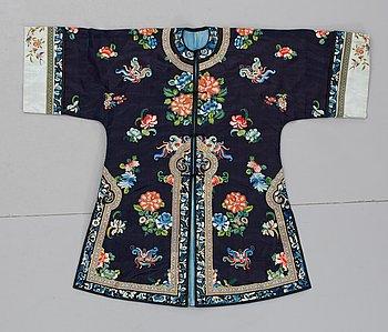 72. JACKA, siden. Längd 107 cm. Kina omkring 1900.