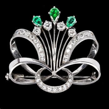 1010. BROOCH, drop cut emeralds and brilliant cut diamonds, tot. app. 1.30 cts.