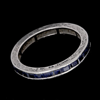 1008. RING, eternity ring, carée cut blue sapphires.