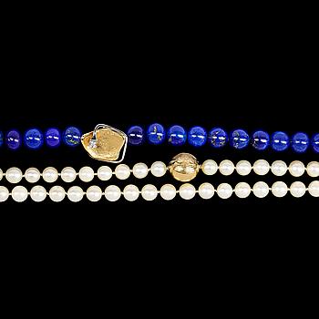 1124. OLE LYNGGAARD COPENHAGEN, COLLIER, Ole Lynggaard, en rad odlade pärlor samt lapis lazuli med två guldlås med briljantslipade diamant, 0.09 ct.