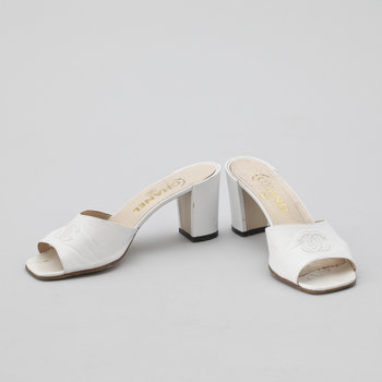 1213. A pair of white leather slip-in by Chanel.
