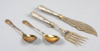 225445. UPPLÄGGNINGSBESTICK och KOMPOTTSKEDAR, silver, 4 delar, Gustaf Dahlgren, Malmö, 1900 resp 1903. 243 g resp 90 g.