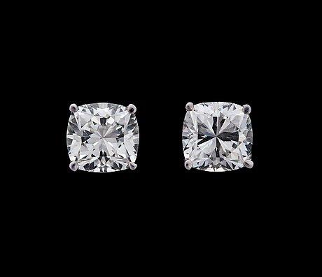 A pair of cushion cut diamond ear studs, 1 cts resp. 1.02 cts.