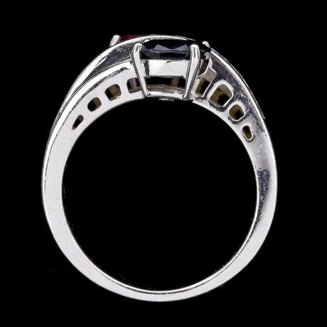 Ring, rubin och blå safir, vardera ca 1 ct, samt mindre assherslipade diamanter.