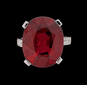 7. RING, spessartingranat 18.90 ct, med briljantslipade diamanter, tot. 0.77 ct.