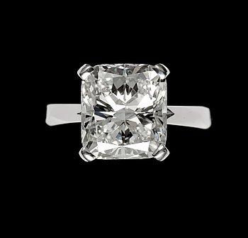 980. A cushion cut diamond ring, 6.02 cts. Cert. HRD.