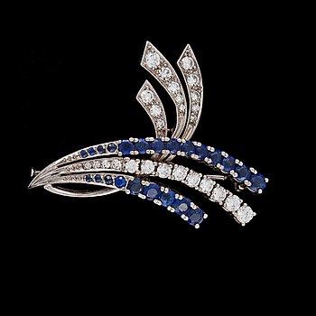 1. BROSCH, blå safirer och briljantslipade diamanter, CG Hallberg, 1959.