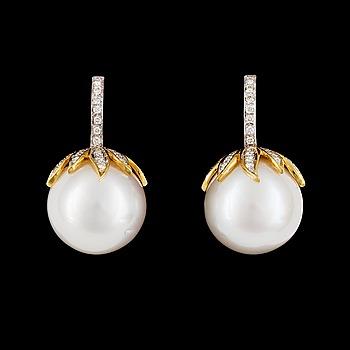88. ÖRHÄNGEN, briljantslipade diamanter och odlade South sea pärlor, 16,4 mm.