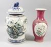 Urna med lock samt vas, porslin, kina, 1900-tal.