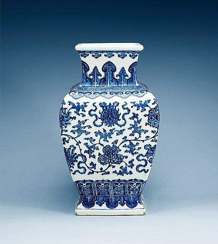 Urna, porslin. qing dynastin med xuandes sex karaktärers märke.