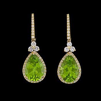 14. EARRINGS, drop cut peridotes, 7.34 cts and brilliant cut diamonds, tot. 0.78 cts.