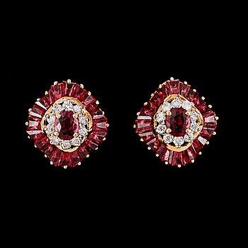 15. EARRINGS, baguette cut rubies and brilliant cut diamonds, tot. 0.22 cts.