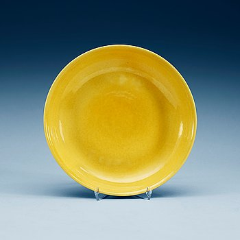 1390. A yellow glazed dish, Ming dynasty, with Zhengdes six character mark and of the period (1506-21).