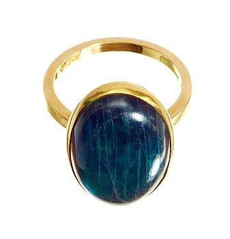 558. Wiwen Nilsson, A Wiwen Nilsson 18k gold ring with a labradorite, Lund 1942.
