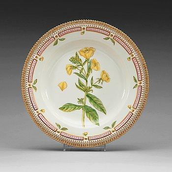 413. A set of 13 Royal Copenhagen 'Flora Danica' dinner plates, Denmark, 20th Century.