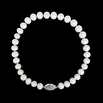 8. NECKLACE, cultured freshwater pearls, 14,0-13,2 mm, brilliant cut diamonds, tot. app 0.20 cts, clasp.