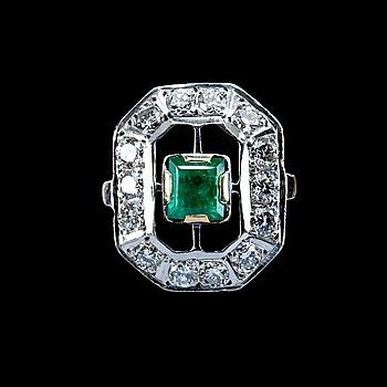 102. RING, smaragd ca 0,55 ct och diamanter ca 0,70 ct.