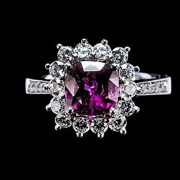 26. RING, rubin ca 2,60 ct och diamanter ca 0,86 ct.