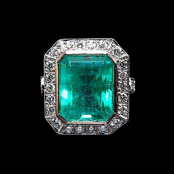 45. RING, smaragd ca 11,0 ct, diamanter ca 2,25 ct.