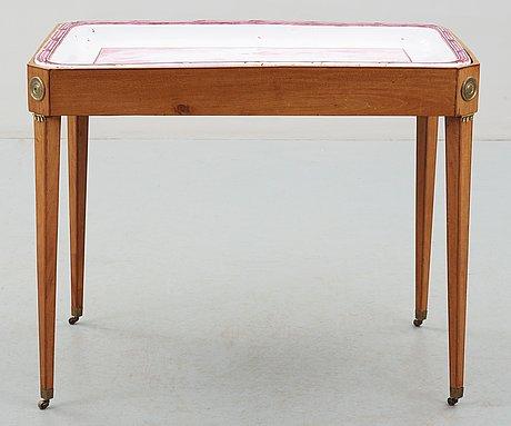 Tebord, med fajansbricka. stockholmsarbete 1780-tal från marieberg eller rörstrand. gustavianskt.