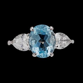11. An aquamarine and drop cut diamond ring, tot. app. 1.40 cts.