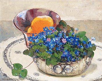 OLLE HJORTZBERG, Stilleben med blåsippor och apelsiner.