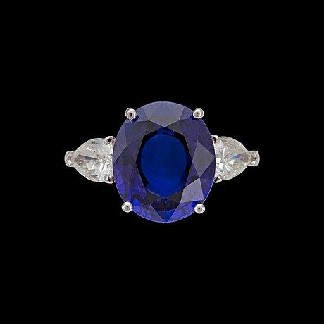 Ring, blå fasettslipad safir, 9.02 ct, med droppslipade diamanter, tot. 1.28 ct.