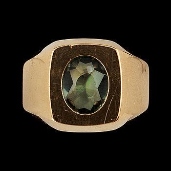 275688. RING, 18 k guld med fasettslipad grön sten, Ceson, Göteborg, 1972. Vikt 8 g.