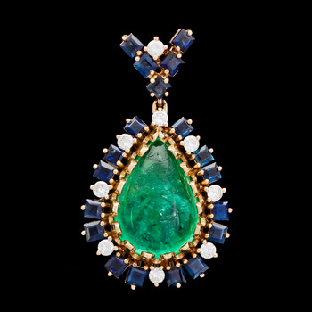 2. PENDANT, cabochon cut emerald, sapphiresand diamonds, tot. app. 0.50 ct.
