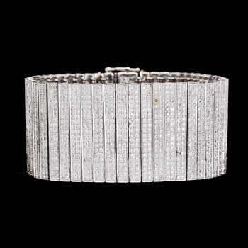 4. BRACELET, brilliant cut diamonds, tot. app. 12 cts. Weight 94,5 g.