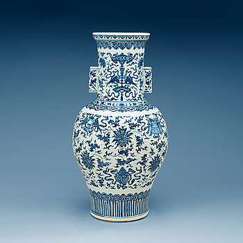 1721. A large blue and white vase, Qing dynasty.