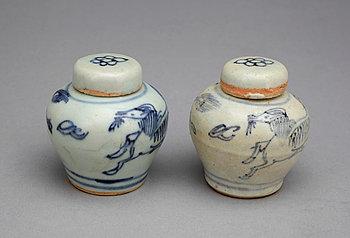 290640. MINIATYRURNOR med LOCK, ett par, porslin. Ming, 1368-1644.