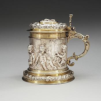 884. A German 17th century parcel-gilt tankard, makers mark of Johann Brockmer, Hamburg 1662-1685.