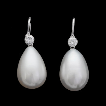 10. EARRINGS, cultured freshwater pearls with brilliant cut diamonds, tot. 0.29 cts.