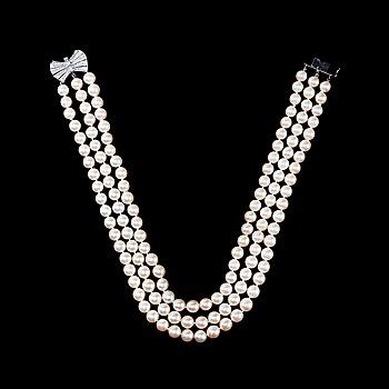 101. COLLIER, tre rader odlade pärlor Ø 8 mm. Lås i vitguld med 49 st antikslipade briljanter ca 0.60 ct.