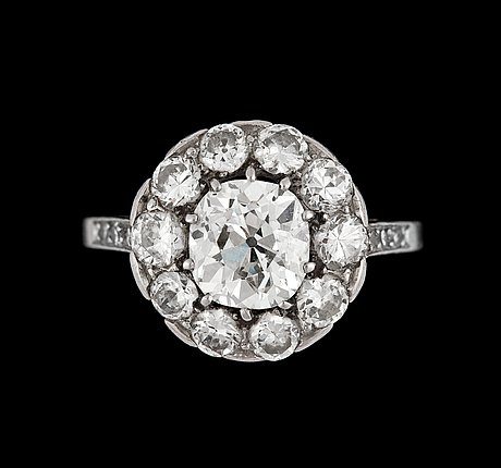 An antique cut diamond ring, app. 1.10 cts and old cut diamonds, tot. app. 1 cts.
