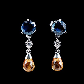 87. ÖRHÄNGEN, blåa och gula briljant- och brioletteslipade safirer tot. 4.88 ct, briljantslipade diamanter 0.08 ct. W/vs.