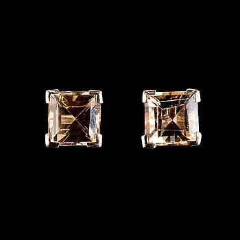 63. ÖRHÄNGEN, Kambodjansk fyrkantslipad guldberyll 1.85 ct.